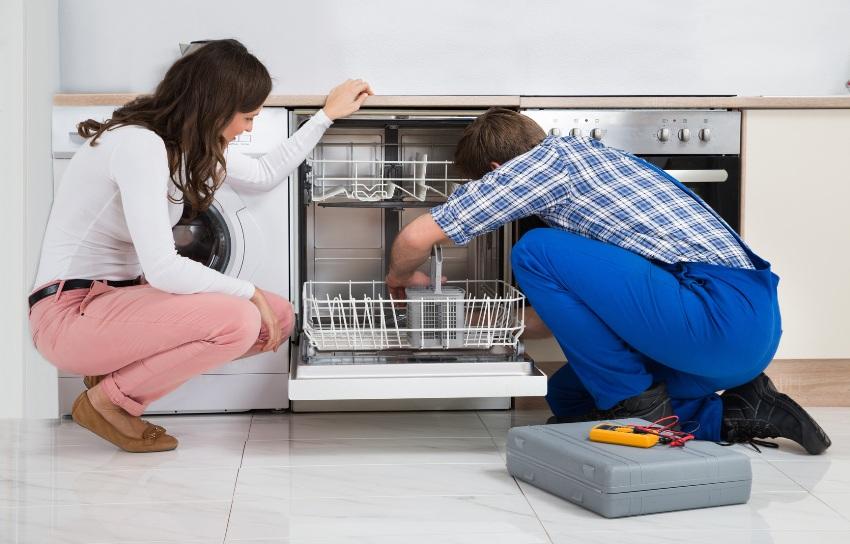 Причиной поломки посудомоечной машины может быть некачественная сборка и сами детали