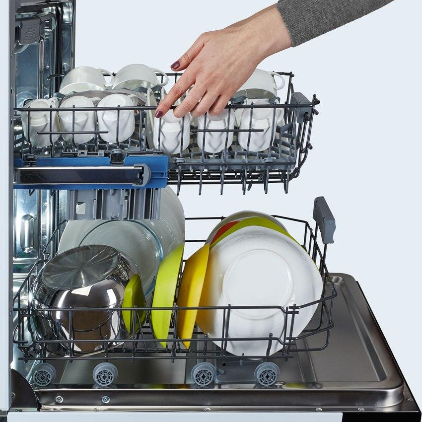 Мойку посуды в мвшине выполняют струи воды, вырывающиеся на большой скорости из вращающихся коромысел