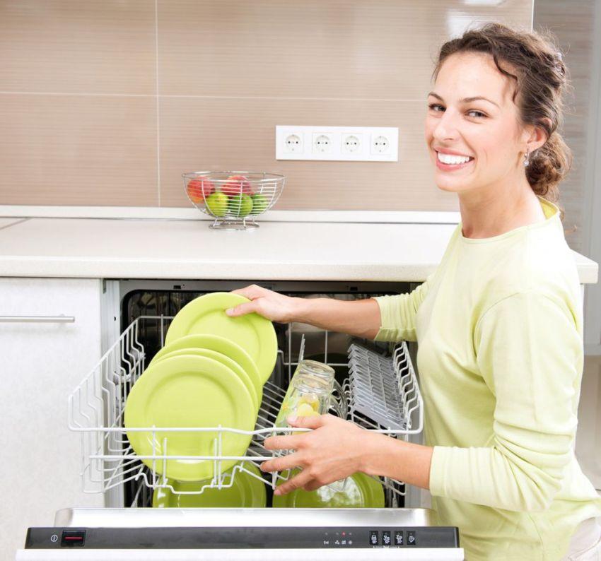 Встраеваемый вариант посудомоечной машини наиболее предпочтительный, так как позволяет не нарушать единообразие поверхностей кухни