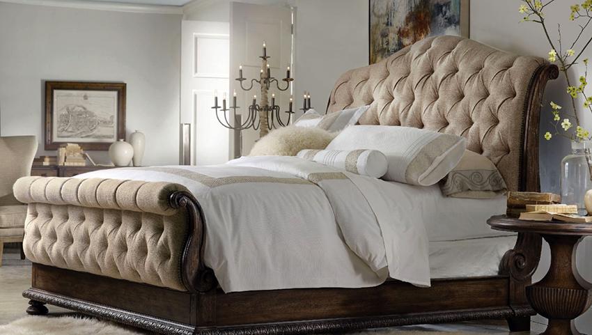 Кровать с мягким изголовьем отлично смотрится в спальне с классическим дизайном