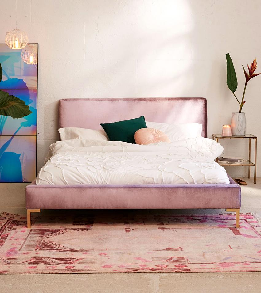 Спинка кровати может быть обтянута кожей, кожзамом или тканью