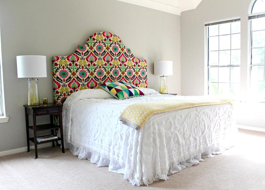 Двуспальные кровати могут быть со стационарным, приставным и навесным изголовьем