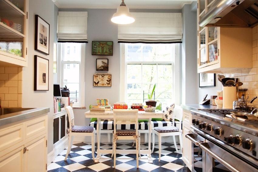 Линолеум под плитку можно назвать традиционным вариантом, ведь с его помощью создается современная и классическая обстановка в помещении