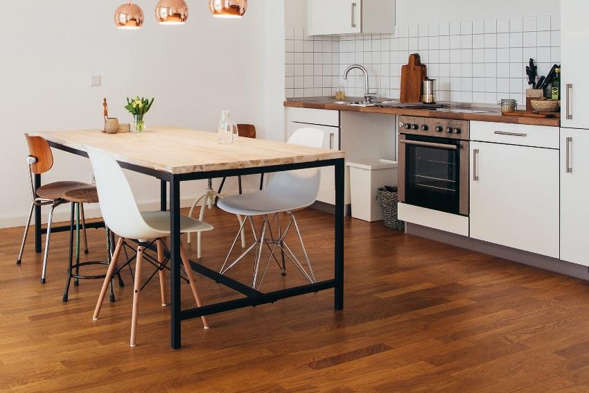 Линолеум на полу кухни – наиболее бюджетный вариант, к которому нередко прибегают не только из-за дешевизны, но и потому, что его просто укладывать
