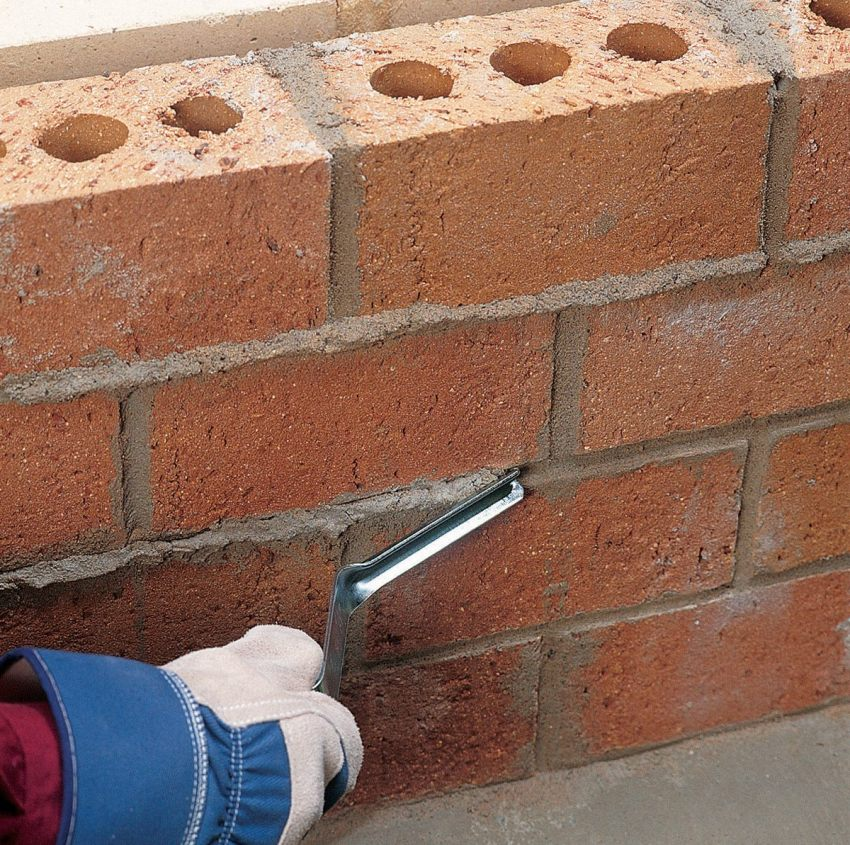 The thickness of the joint between the bricks should be at least 1 cm and not more than 1.5 cm