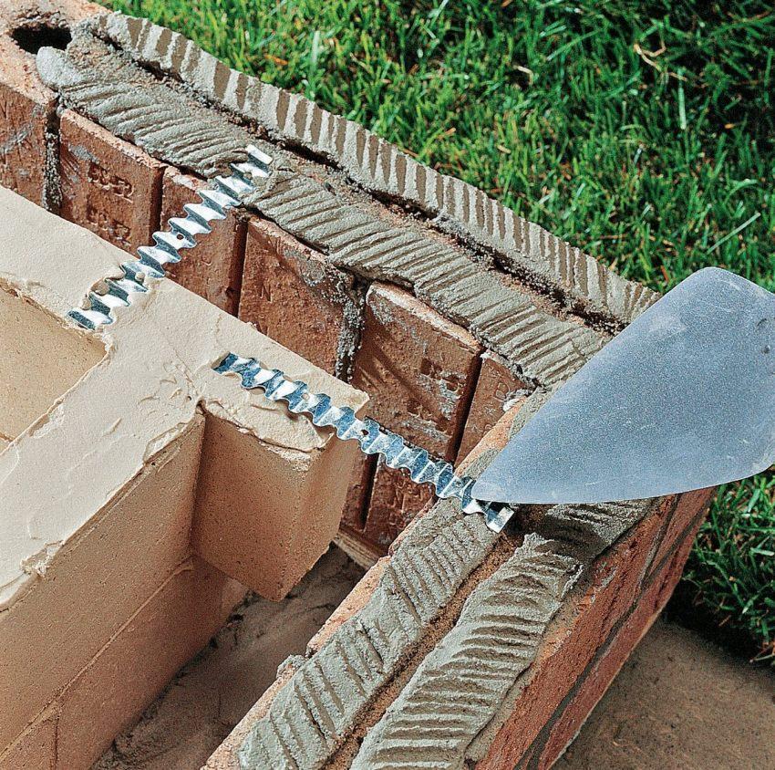 Самый простой способ кладки для мангала из кирпича - каждый ряд сдвигается на полкирпича то в одну, то в другую сторону