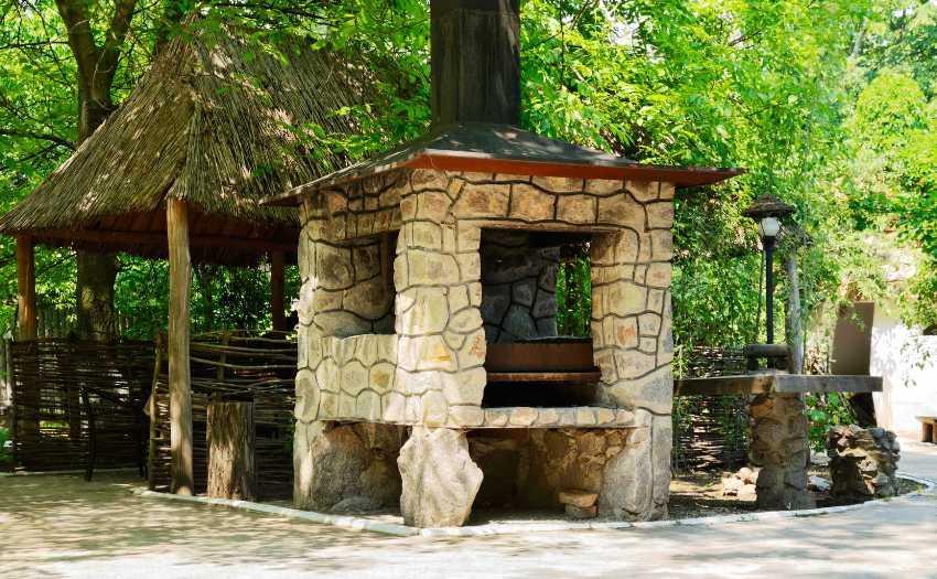 Простая конструкция мангала из камня позволяет построить его своими руками, без сторонней помощи специалистов и дополнительной техники