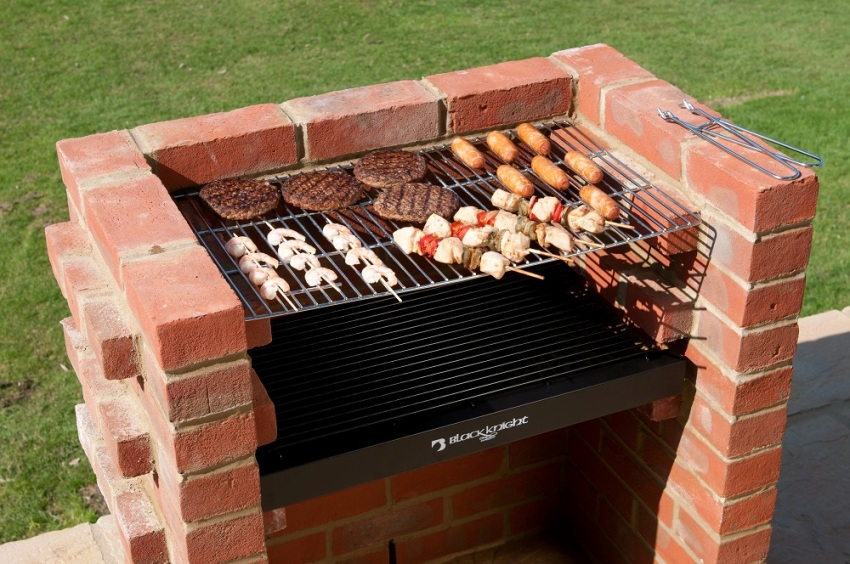The main advantage of the brick brazier is its high heat capacity, this material, unlike metal, keeps the heat very well