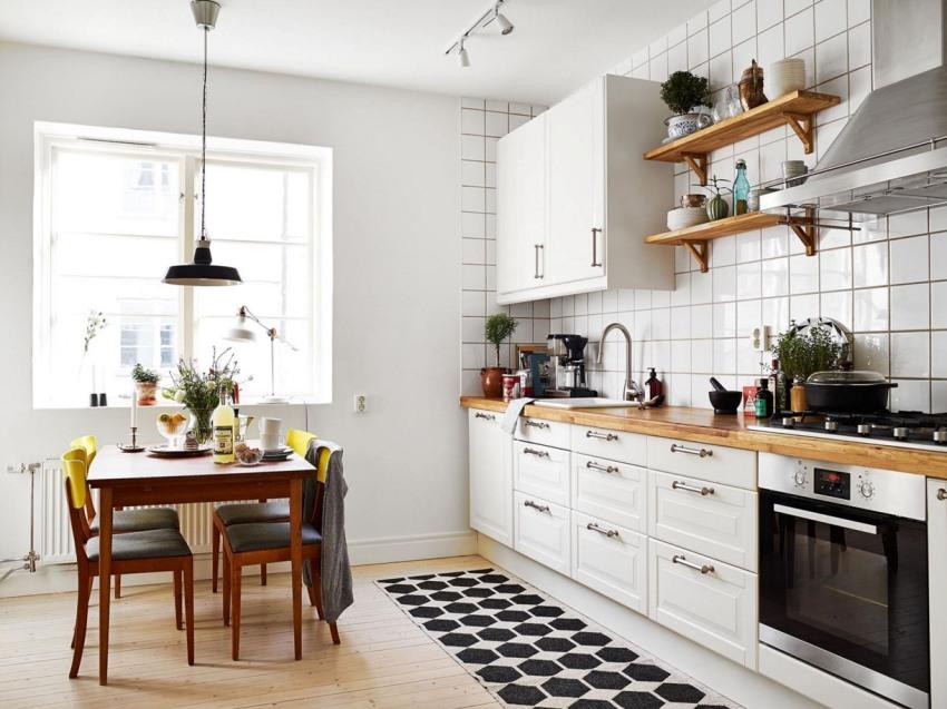 Рабочую зону в кухне можно отделать устойчивой и долговечной керамической плиткой