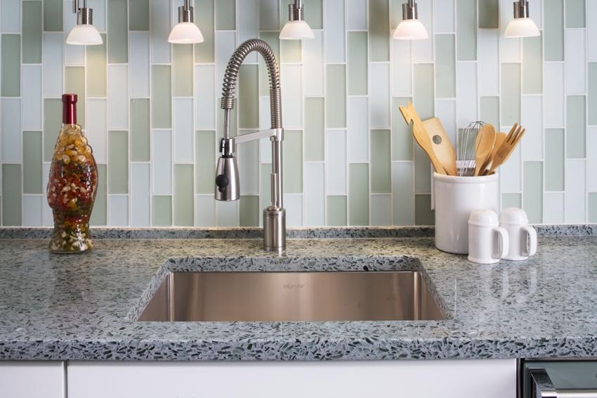 Плитка отлично моется, а большой выбор цвета и дизайна добавляет ей преимуществ