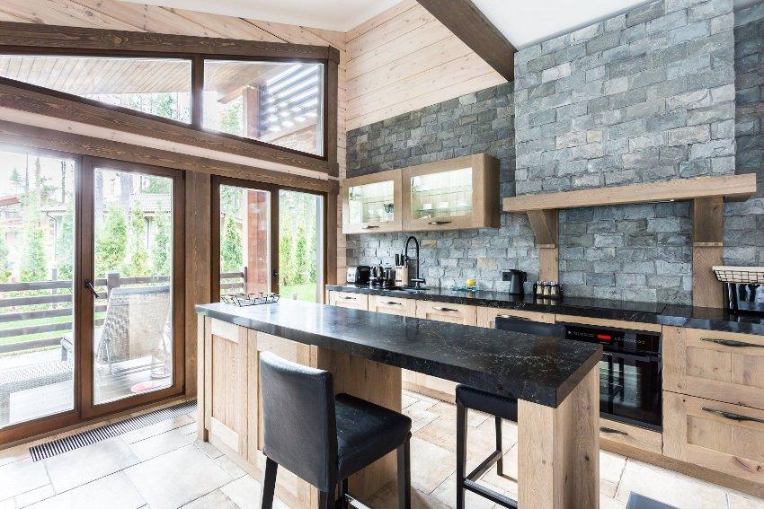 Нестандартное, но оригинальное решение – оформление стен на кухне декоративным или натуральным камнем