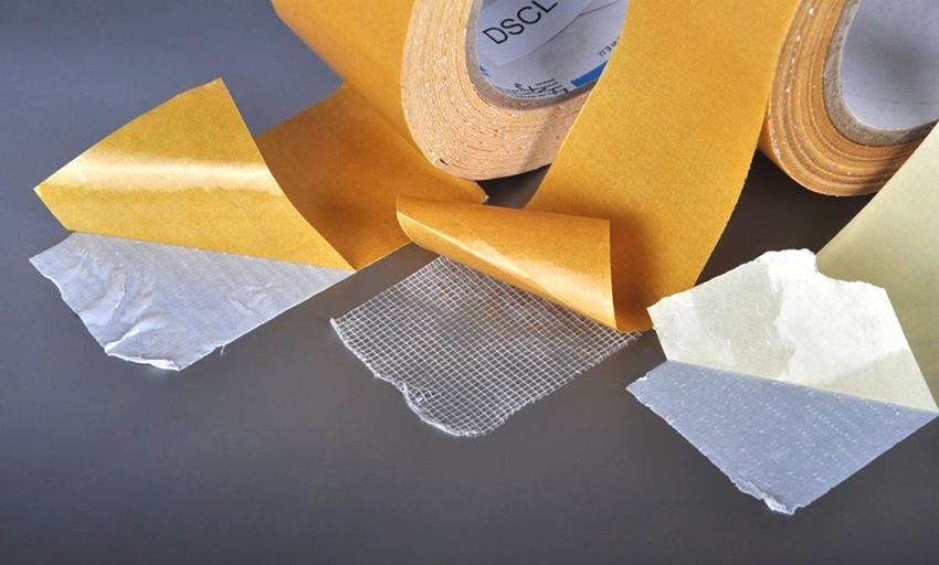 Фиксация с помощью монтажной ленты – самый простой, но при этом наименее долговечный способ