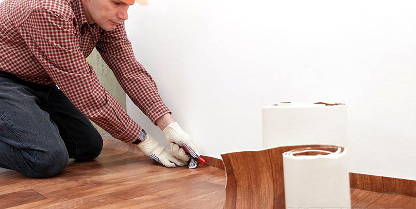 Если стены помещения не идеально ровные, то рекомендуется укладывать линолеум используя подрезную технологию