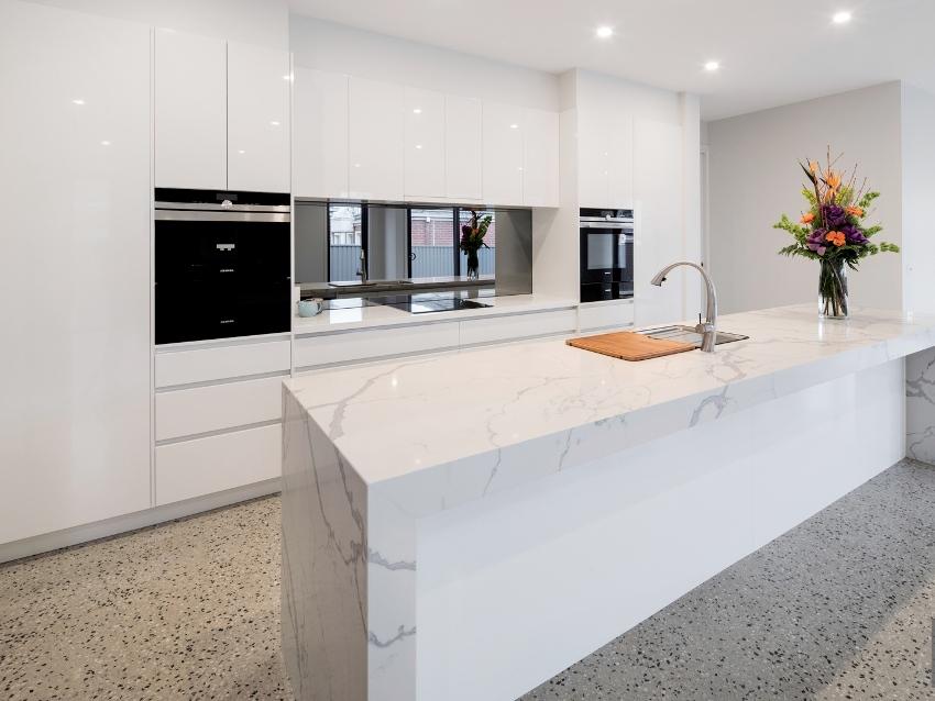 Идеальным вариантов для кухни станет полукоммерческий линолеум, он обладает более весомыми характеристиками, нежели бытовой