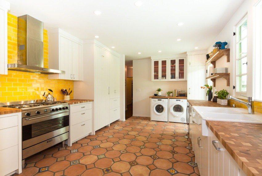 Глазурь на плитку коттофорте наносится непрозрачная, и потому на полу в кухне она смотрится изумительно