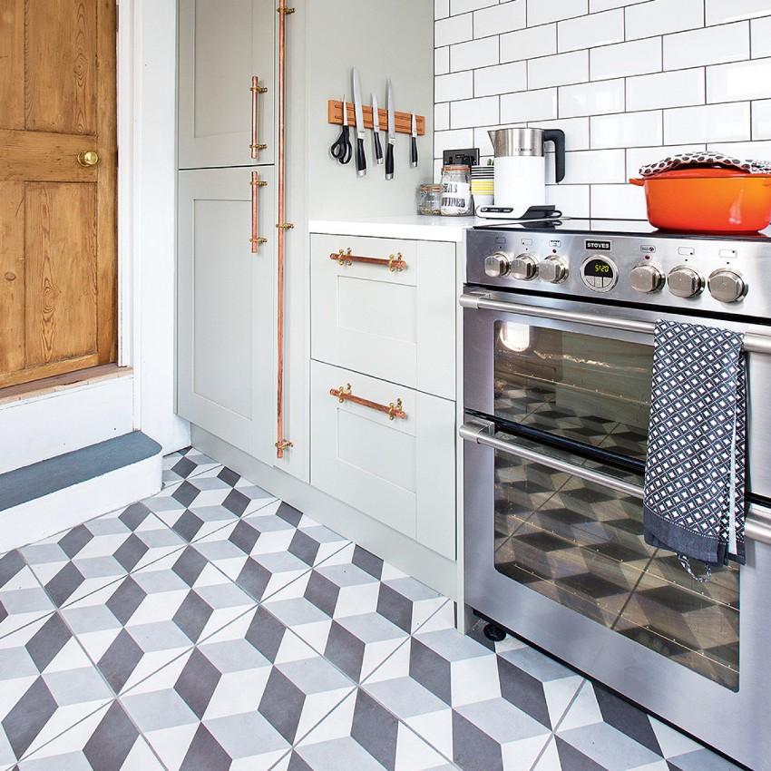 Процесс укладки керамической плитки на пол традиционным способом вполне может быть проведен самостоятельно