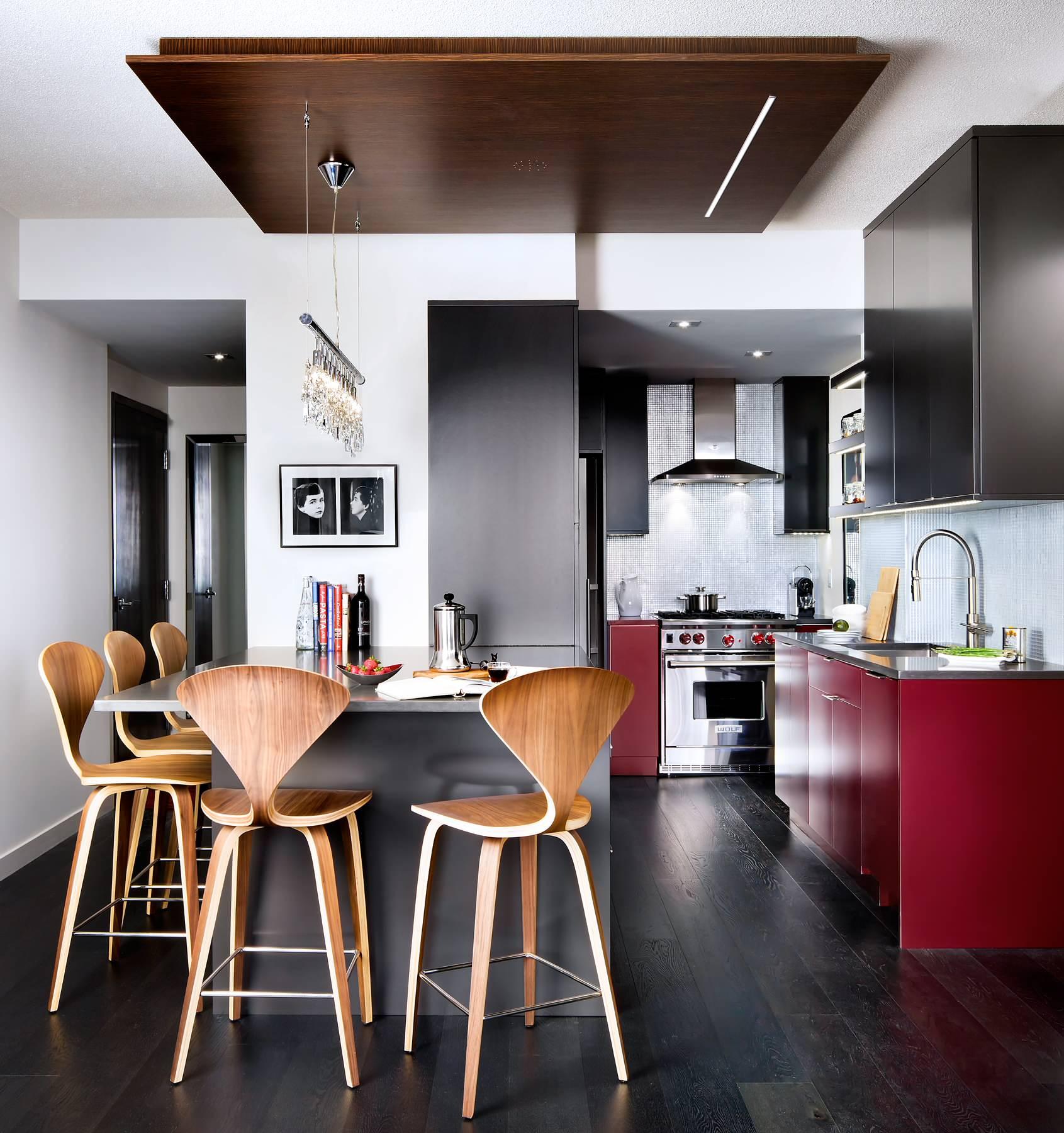 Для маленькой кухни стоит выбрать однородное и однотонное напольное покрытие, такой пол поможет зрительно увеличить небольшое пространство