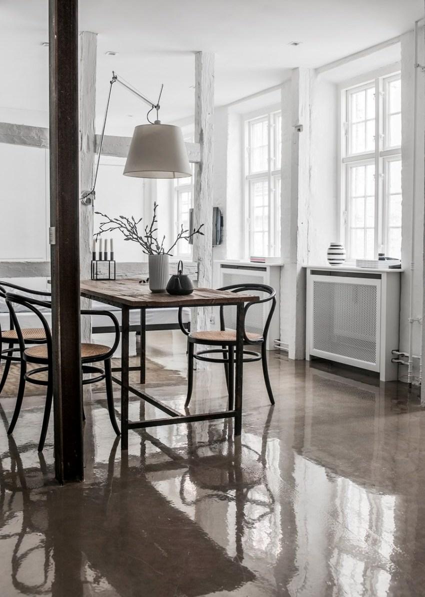 Поверхность наливного пола устойчива к повышенному воздействию влаги и легко выдерживает нагрузку, создаваемую мебелью