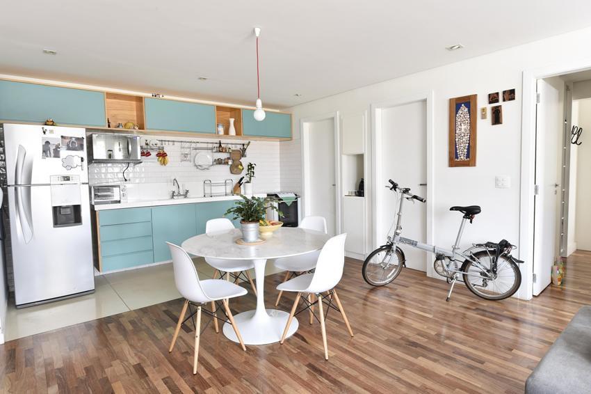 Нередко дизайнеры предлагают скомбинировать два напольных покрытия в зависимости от функциональной зоны кухни