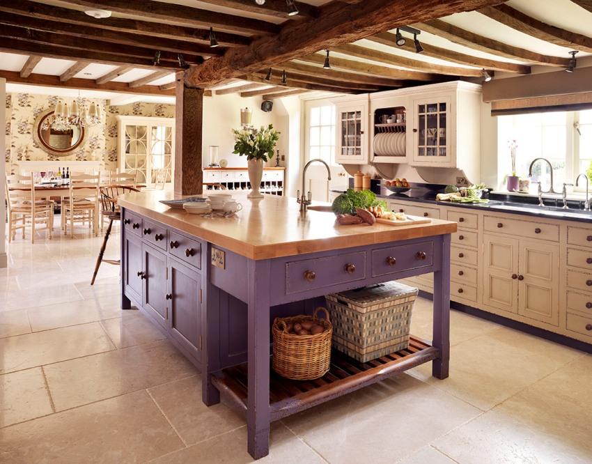 Выбирая на кухню напольное покрытие, нужно учесть массу нюансов – легкость уборки, стойкость к истиранию и влаге, и многое другое