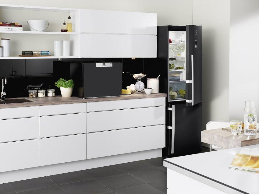 Небольшая высота компактной посудомойки позволяет размещать машину как под раковиной, так и под навесными шкафами на столешнице