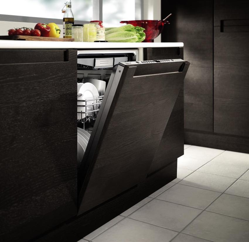 В магазинах предложены разные по высоте встраиваемые посудомоечные машины, которые хорошо впишутся в кухонный гарнитур