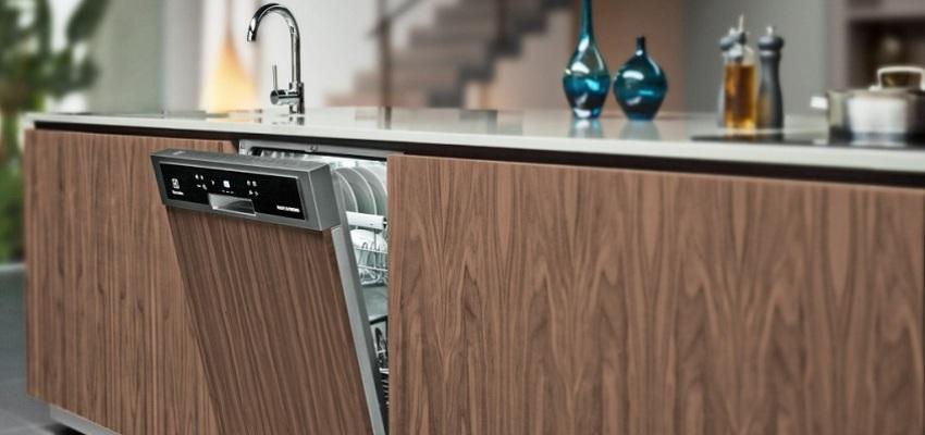 Маленькая узкая посудомоечная машина может удобно поместиться между тумбами и не займет много места