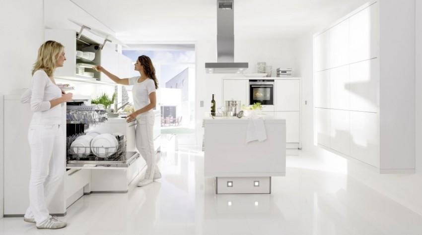 В интерьер современной просторной кухни отлично вписываются различные полноразмерные посудомоечные машины