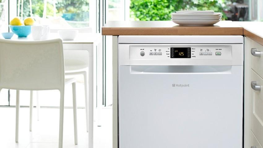 Глубина узких посудомоечных машин не превышает 60 см, этот показатель объясняется размерами стандартной кухонной мебели