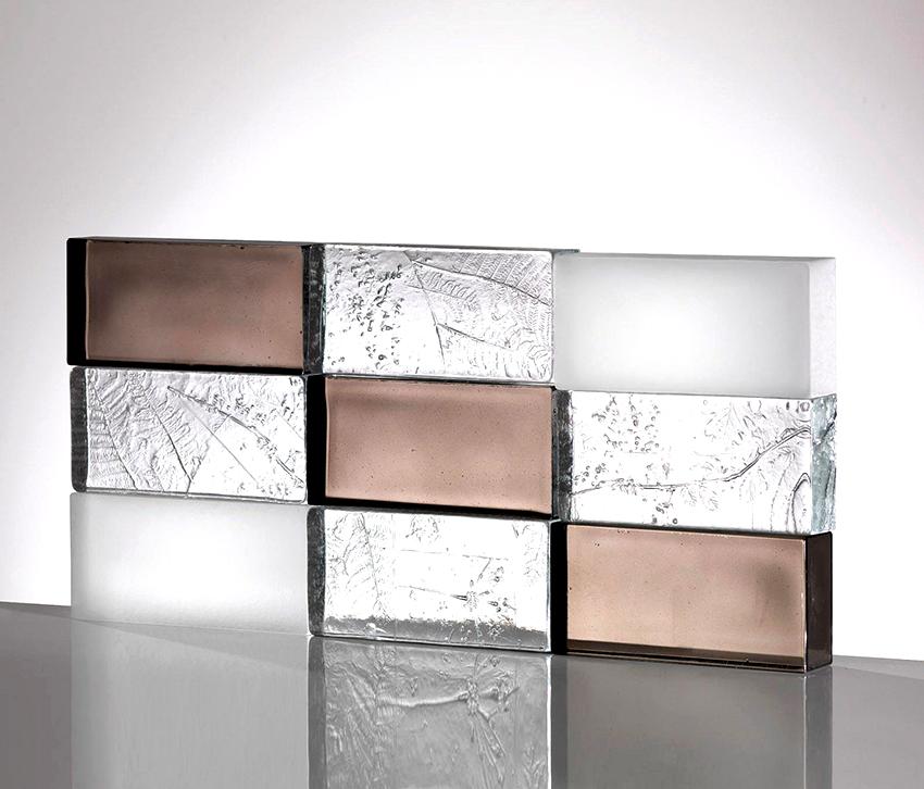 Стеклоблоки бывают прозрачные или цветные, глянцевые или матовые, с узорами и отверстиями
