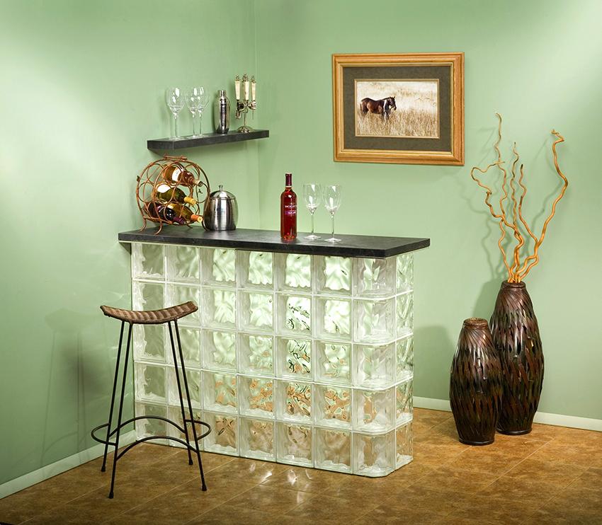 Барная стойка из стеклоблоков выглядит очень оригинально и стильно