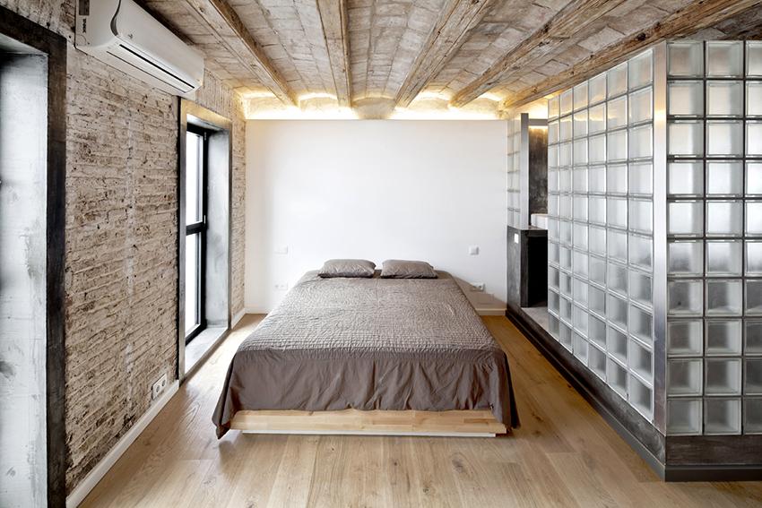 Блоки из стекла отлично подходят для зонирования большого помещения
