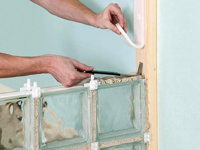 Укладывать первый ряд стеклоблоков необходимо начиная от стены