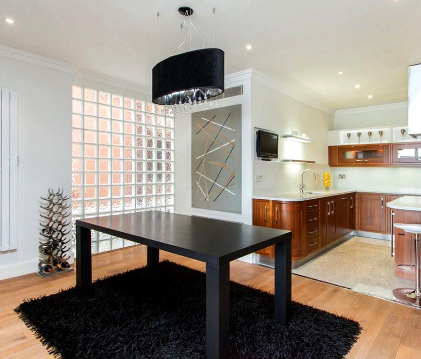 Стеклоблоки можно использовать для несущих перегородок или декорировать стену точечно