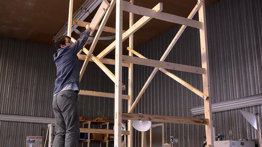 При необходимости строительные леса можно соорудить из имеющихся под рукой досок