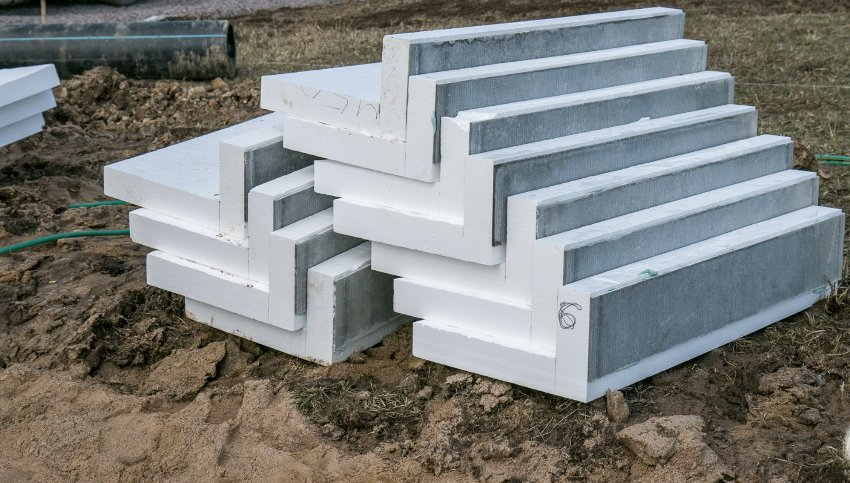 L-блоки облицованы плоским шифером для выкладки фундамента