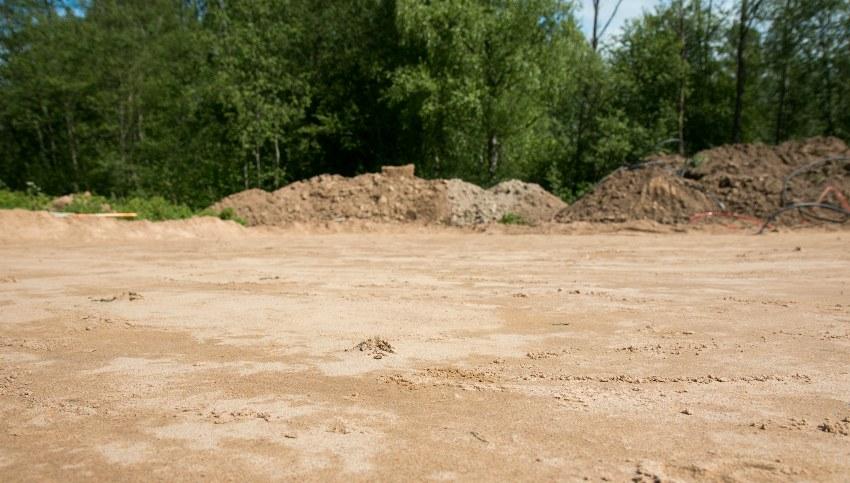 Перед заливкой УШП фундамента нужно снять плодородний слой, засыпать песком и утрамбовать его