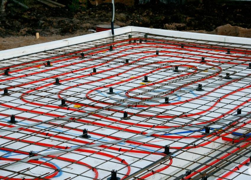 Так как тёплый пол заливается в бетон, монолитная плита служит отличным теплоаккумулятором