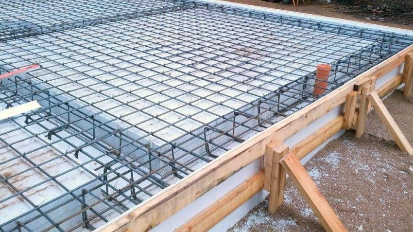 В УШП фундаменте вся площадь перекрывается сварной арматурной сеткой, а в рёбрах жесткости используются прутки арматуры