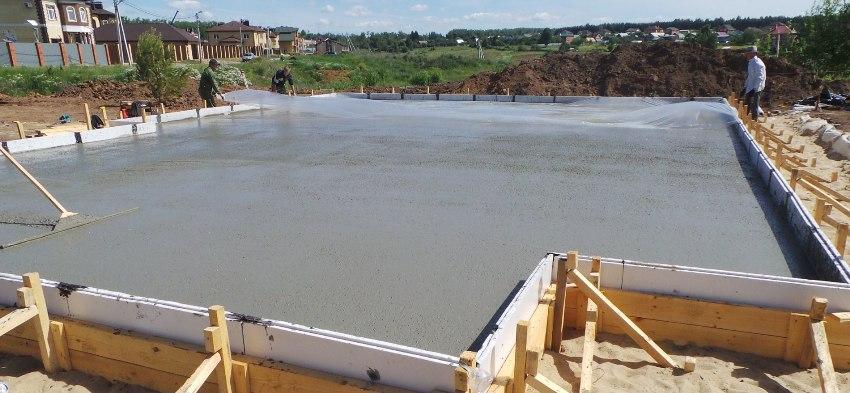 Завершается работа над УШП фундаментом заливкой бетона и его затиркойшлифовкой