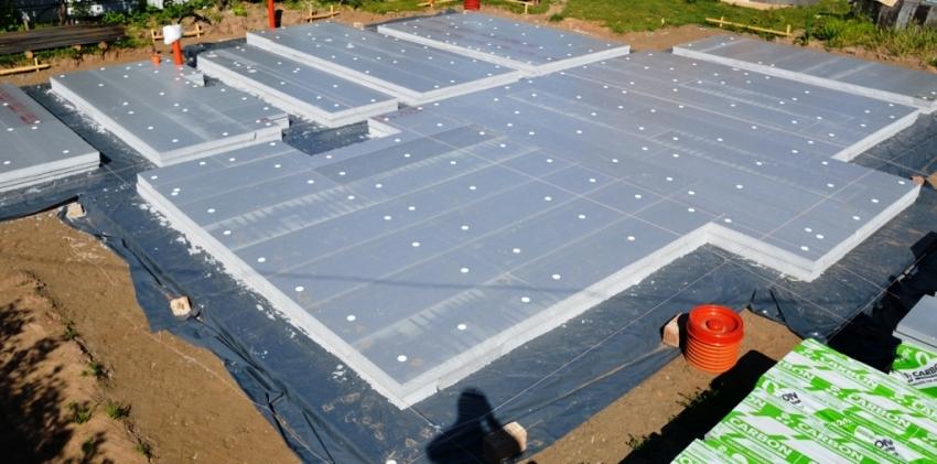 Высокая прочность и теплостойкость УШП фундамента позволяют применять его в сложных климатических условиях для зданий из любого материала