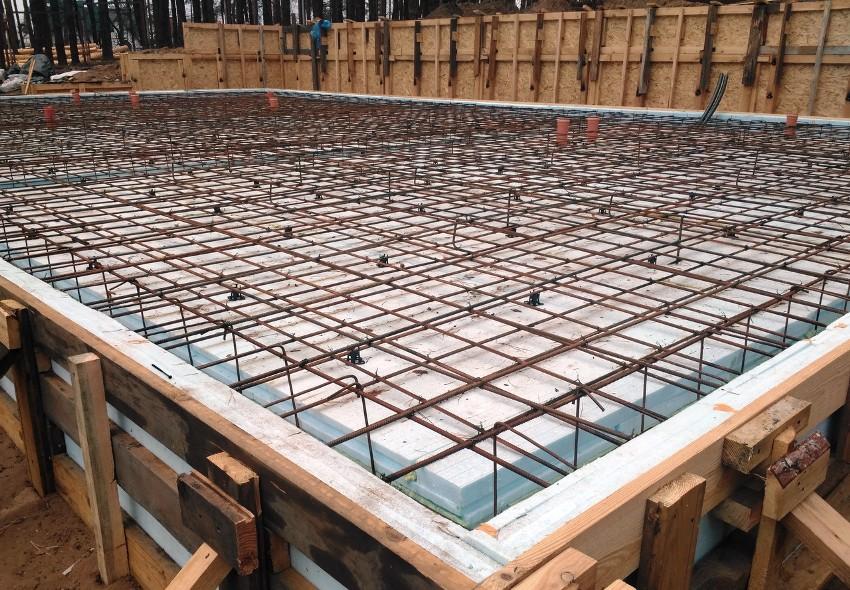Армированная сетка предотвращает растрескивание бетона, исключает порчу фундамента