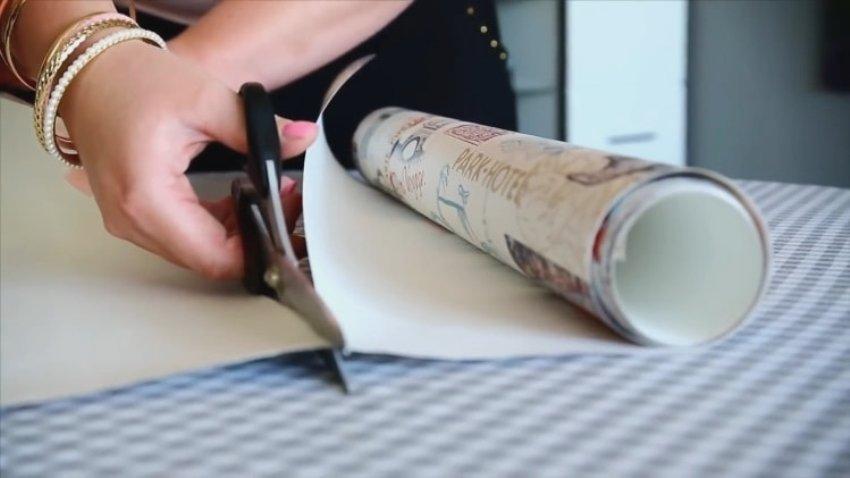 Длина отрезаемого обойного полотна, с учетом складок на изготавливаемых жалюзи, должна быть на 25% больше высоты окна