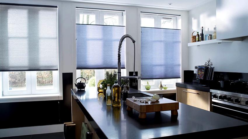 Жалюзи отлично комбинируются с другими вариантами штор и занавесок