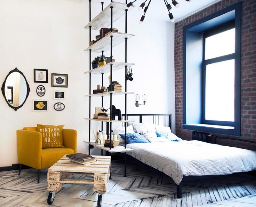 Для совмещенной спальни и гостиной можно использовать полку как перегородку