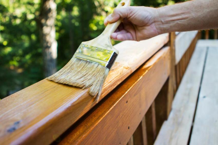 Для обработки фасадов, заборов, скамеек и других деревянных элементов на участке используют органические антисептики