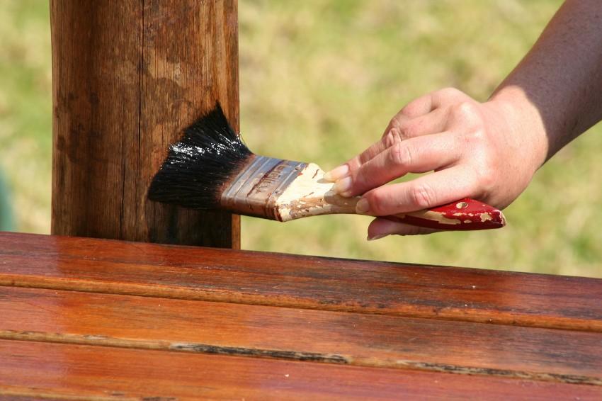 Деревянные конструкции необходимо обрабатывать антисептиками с периодичностью 2-5 лет