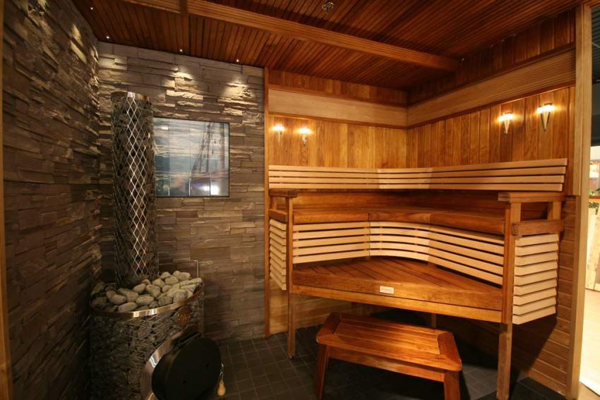 Деревянные конструкции в сауне необходимо обязательно обрабатывать защитными влагостойкими составами