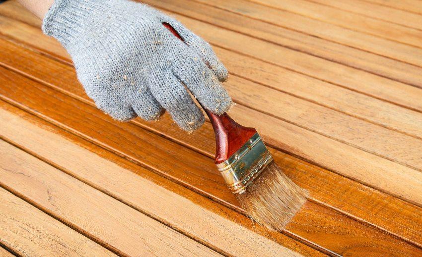 Независимо от качества пропитки, обрабатывать древесину необходимо каждые 2-5 лет