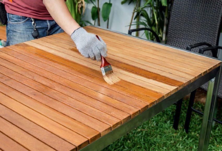 С помощью антисептика для наружных работ можно обработать столбы, заборы, беседки, деревянную садовую мебель